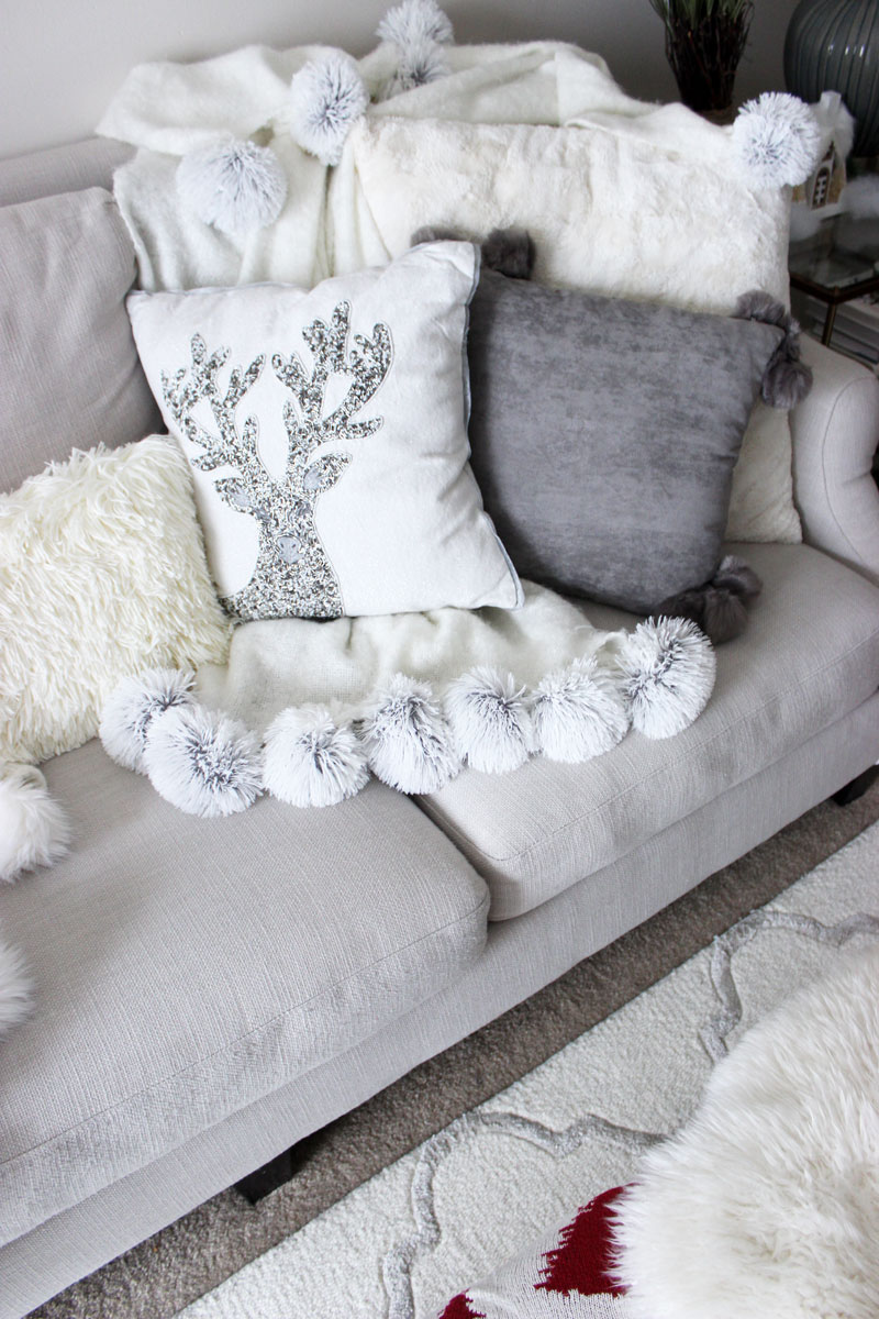 Pom Pom White Blanket And Pillow